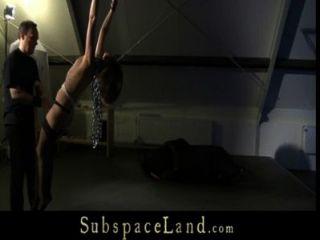 Chica esclava adolescente esclavizada por jugar kinky en el attick