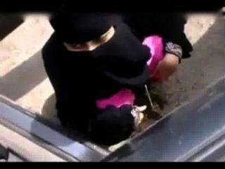 Muchacha musulmana india que mea en lugar abierto