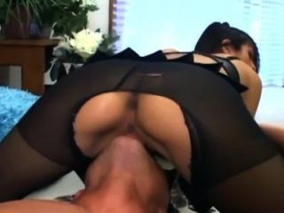 Sexo en nilones crotchless escarpados y un sujetador rosado