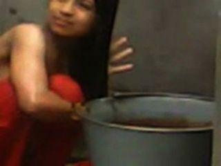 Muchacha de la universidad del desi capturada topless mientras que baña