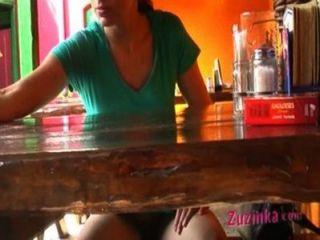 Zuzinka caliente se dedica a sí misma en público en un bar