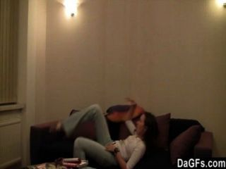 Linda pareja de lesbianas adolescentes jugando alrededor