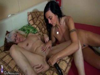 Oldnanny vieja mujer flaca masturbándose con niña y su novio