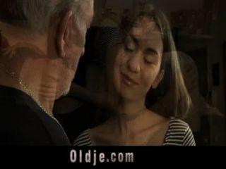 Hombre viejo folla anal una perra sexy adolescente