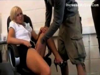 Video grande de la cogida de la muchacha de la oficina del asno