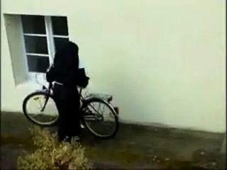 Monja en bicicleta