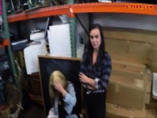 Dos lesbianas empeñan sus culos y se follan por dinero