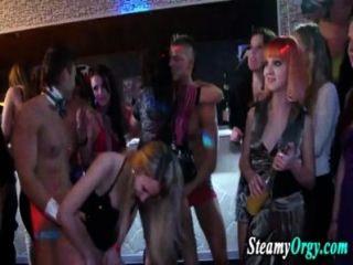 Los adolescentes del partido pierden la ropa