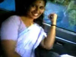 Kerala aunty shanthi boob show en la camioneta omni