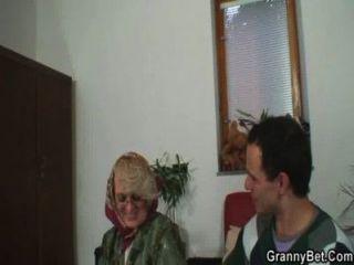 Abuela traviesa renuncia a su viejo coño