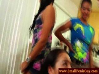 Cfnm babes tienen una fiesta de pene pequeño