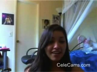 Tira linda chica en la webcam