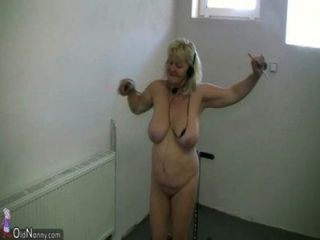 Chica muy gordita y vieja abuelita chupan dick