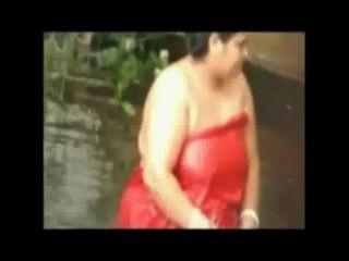 Baño abierto dama grasa en el estanque por la cámara oculta