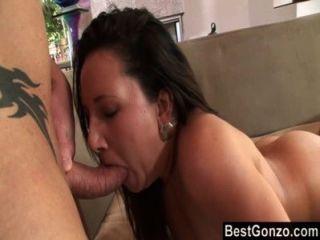 Curvy brunette cami consigue una carga en su culo