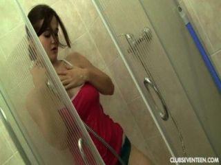 Adolescente tetona se masturba en la ducha