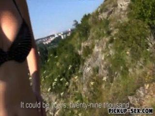 Chico le ofreció dinero a una chica europea para follar en público