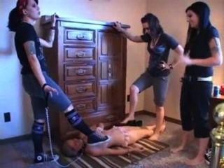 Las niñas pisotean a la chica