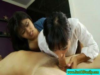 Madre asiática y descendiente dude acogedor