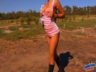 Culo grande follando a sí misma con un desodorante en el campo!