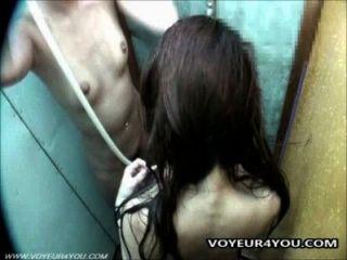 Cámara escondida en el cuarto de ducha