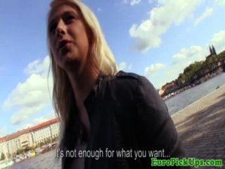 Público adolescente tirado da cabeza por dinero en efectivo