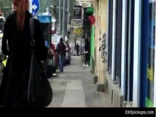 Chicas sexy se recogen en las calles para una buena cogida 33