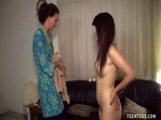 Adolescente desnuda demuestra sus habilidades de handjob