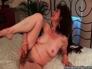 La abuelita hambrienta del sexo folla a su muchacho del juguete