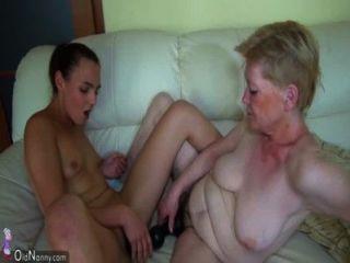 Vieja abuelita masturbándose con niña y su consolador