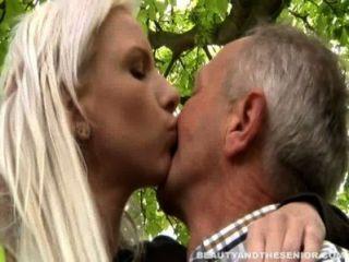 Busty rubia adolescente da cabeza a un mayor al aire libre