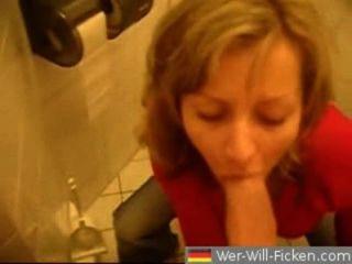 Mamada pareja alemán y joder en baño público