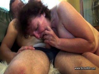 Mamá peluda folla con hijo de paso sin un condón