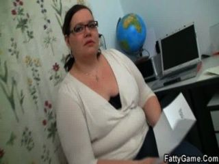 Stud delgado seducido por el profesor regordeta en gafas nerdy