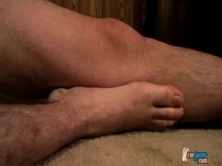 Pies pegajosos del muchacho cubiertos en cum