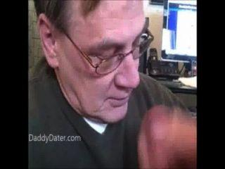 Abuelo mayor con dentaduras postizas chupa polla luego traga cum