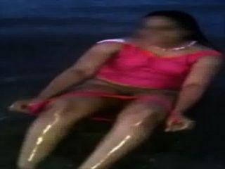 Mamá india en la playa