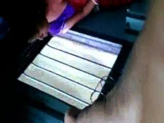 Caliente bengalí tía exponer los senos a través de sujetador negro en el tren