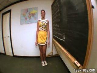 Estudiante adolescente sacude de su maestro
