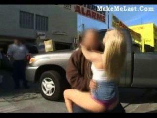 Rubia babe golpeado en público