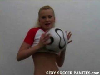 Chica de fútbol bastante polaco quitando su uniforme