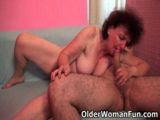Chubby grandma disfruta de su polla en su boca y coño