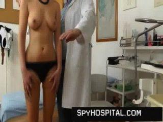 Cute girl coño atrapado en la cámara oculta doctor