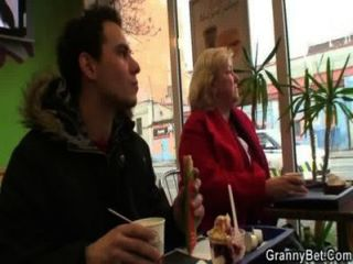 Gallo hambriento abuela es golpeado