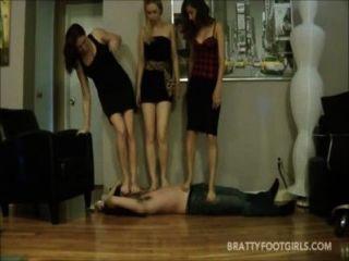 3 chicas enfrentan pisotear