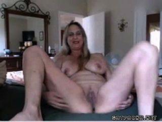 Hot busty mature babe inserta tapón anal y se frota el coño