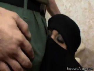 La esposa musulmana sorprendió a los enanos americanos del pene del yanqui