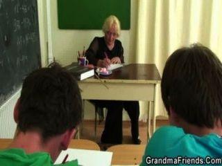 Dos clavos follan viejo maestro de escuela