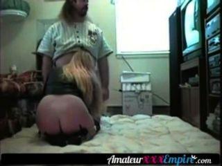 Rubia milf folla a su marido en el suelo