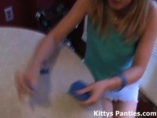 Gatito adolescente de 18 años le encanta jugar con playdough